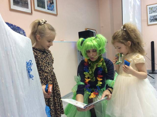 Кикикмора читает детям.JPG