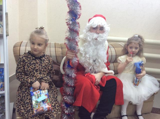 Дед Мороз с детьми.JPG